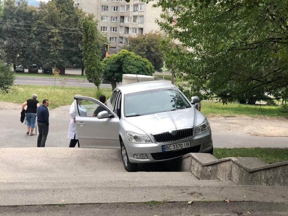 Курьез дня: во Львове авто без водителя совершило каскадерский трюк 3