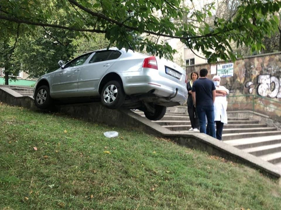 Курьез дня: во Львове авто без водителя совершило каскадерский трюк 2