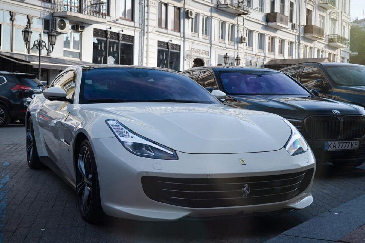 В Украине заметили путешественников на нестандартном суперкаре Ferrari 1