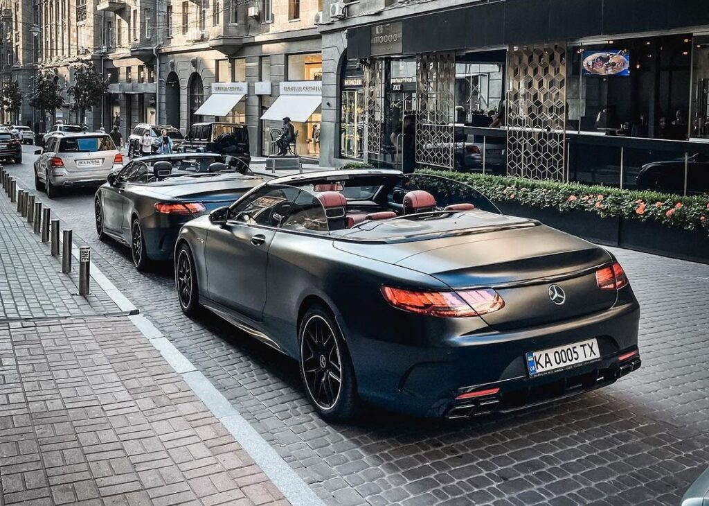 В Украине засняли крутой кортеж на кабриолетах Mercedes 3