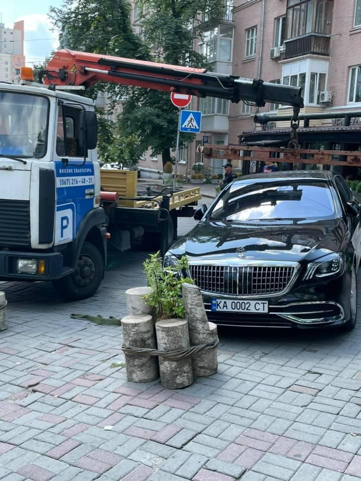 В Киеве эвакуатор забрал на штрафплощадку роскошный Maybach 1