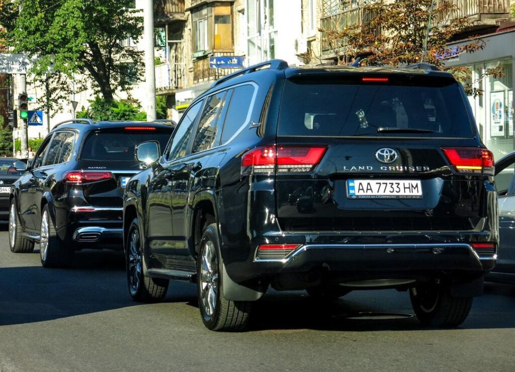 В Украине растет количество кортежей с новыми Toyota Land Cruiser 300 1