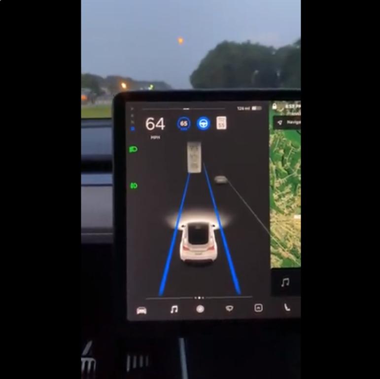 Tesla восприняла Луну как желтый сигнал светофора 1