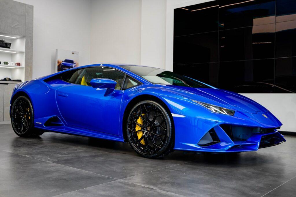 В Украине появился яркий суперкар Lamborghini 1