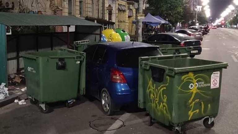 В Киеве водитель мусоровоза наказал «героя парковки» 1
