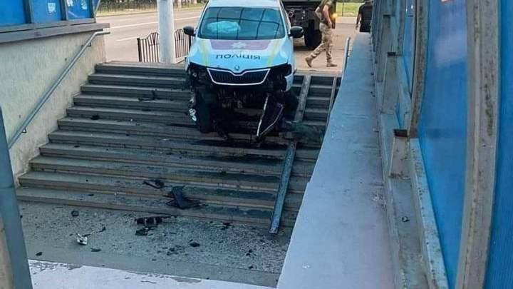 Патрульные на служебном авто влетели в подземный переход (фото) 2