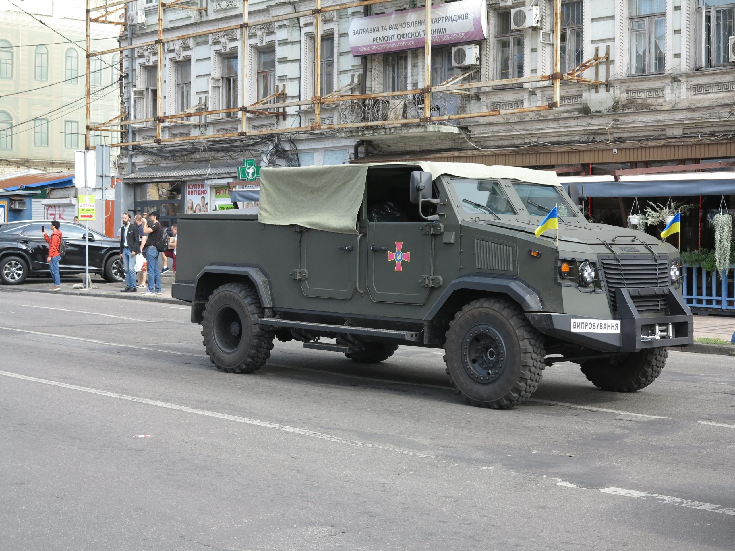 В Киеве заметили бронированный кабриолет отечественного производства 1