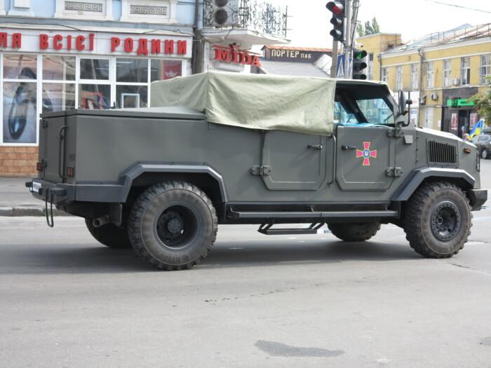 В Киеве заметили бронированный кабриолет отечественного производства 2