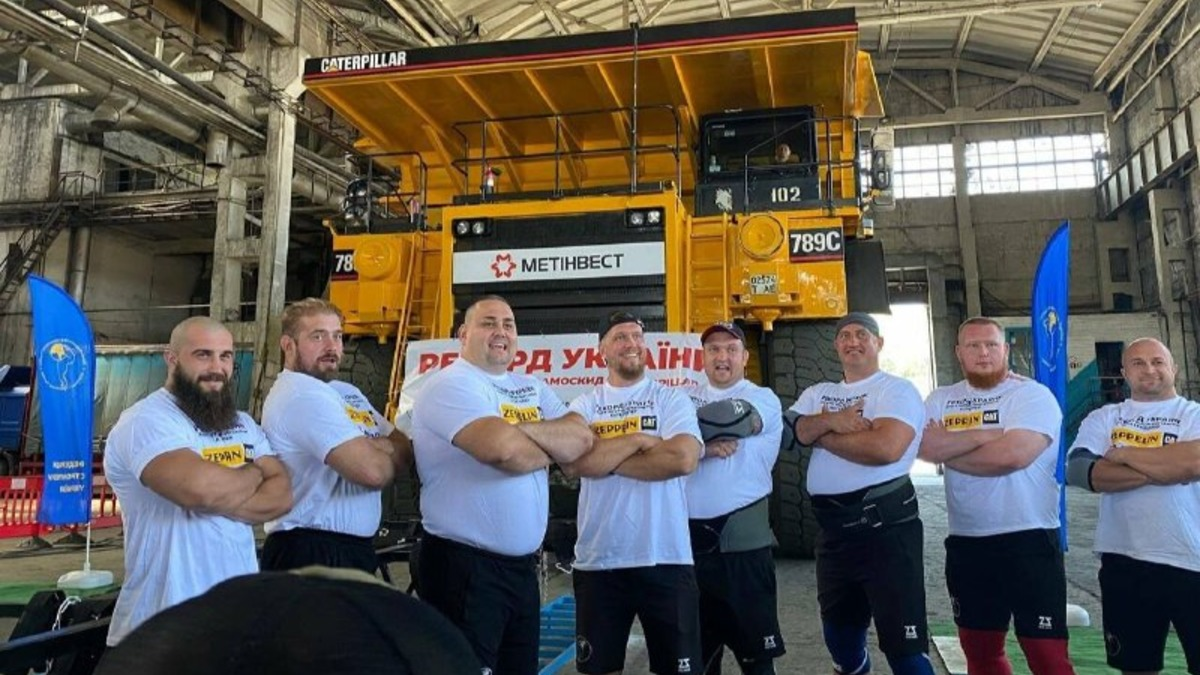 Украинские стронгмены потянули карьерный самосвал массой 293 тонны 1