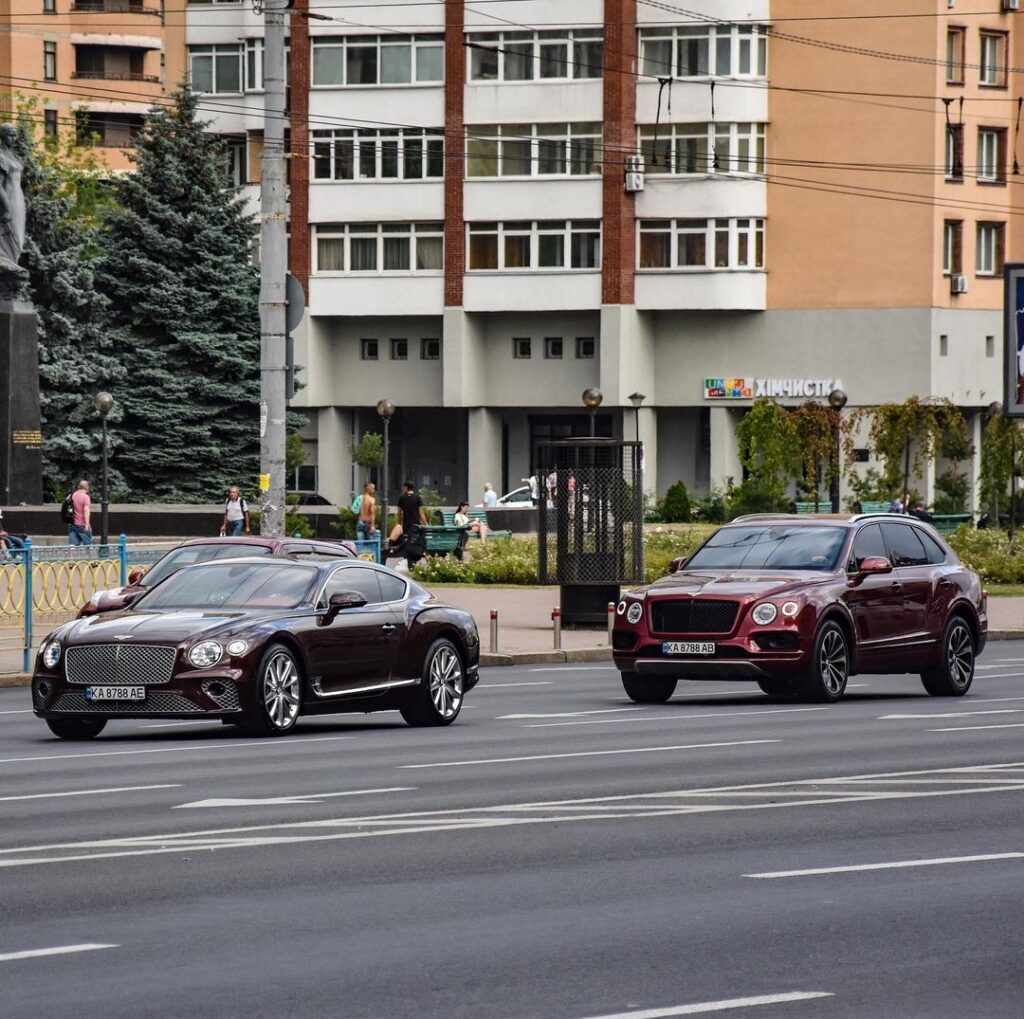 В Украине заметили парочку Bentley на одинаковых номерах 1
