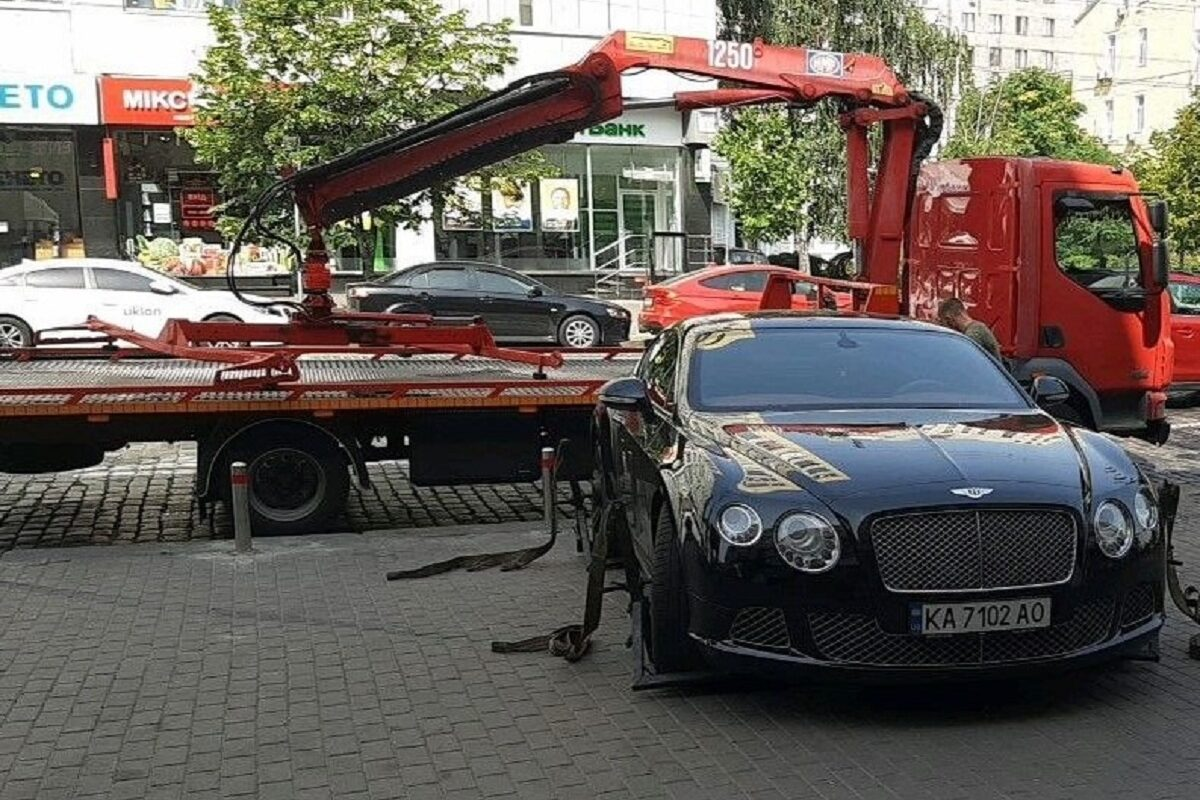 В Киеве эвакуировали на штрафплощадку роскошный Bentley 1