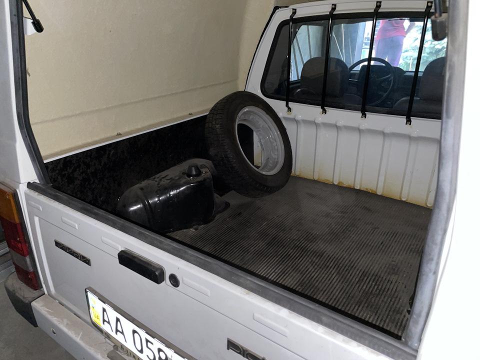 В украинском гараже нашли новую Таврию в кузове пикап  2