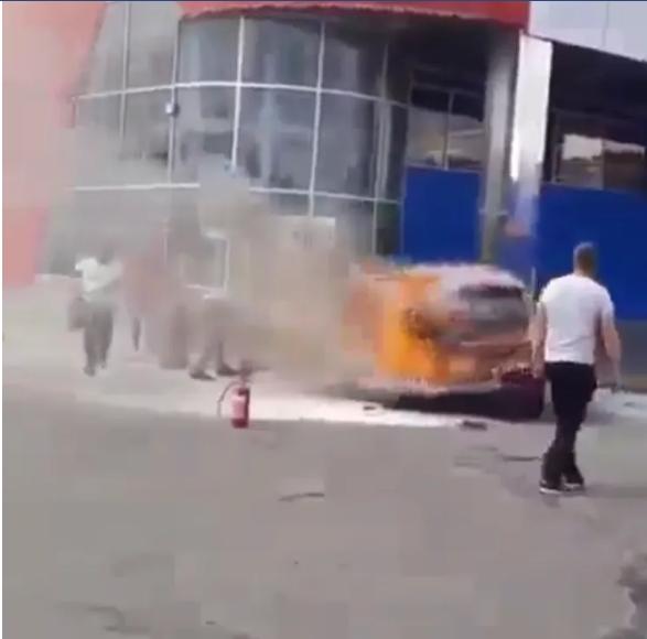 В Хмельницком на стоянке у ТЦ выгорел электрокар 2
