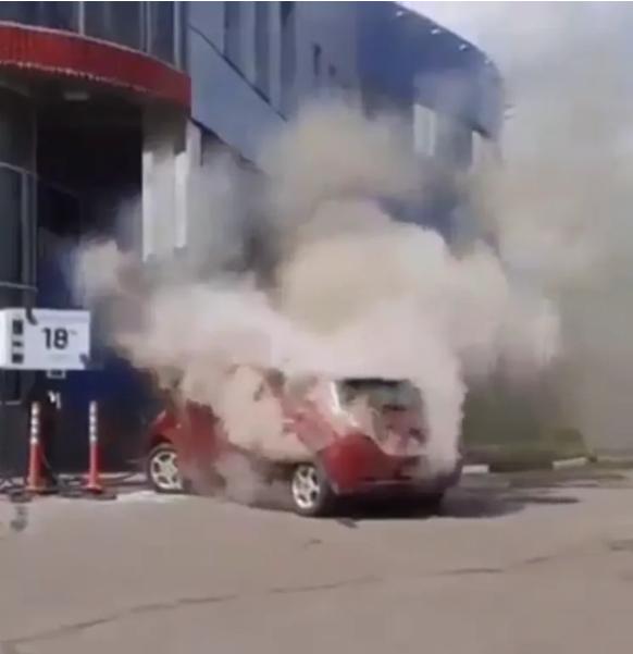 В Хмельницком на стоянке у ТЦ выгорел электрокар 1