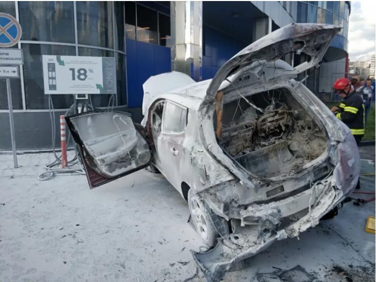 В Хмельницком на стоянке у ТЦ выгорел электрокар 3