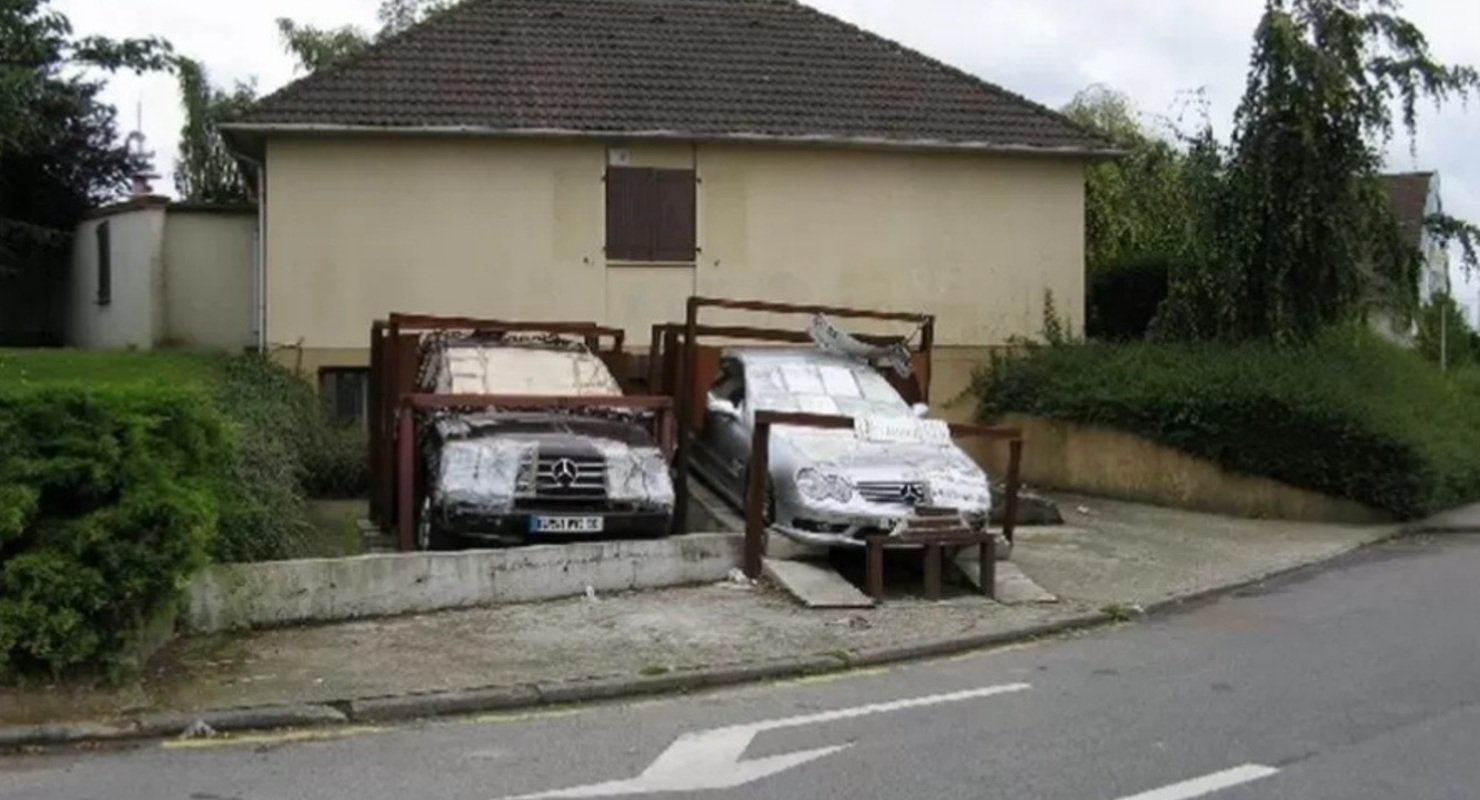 В знак протеста: француз призывает обратить внимание на низкое качествоавтомобилей Mercedes-Benz 1