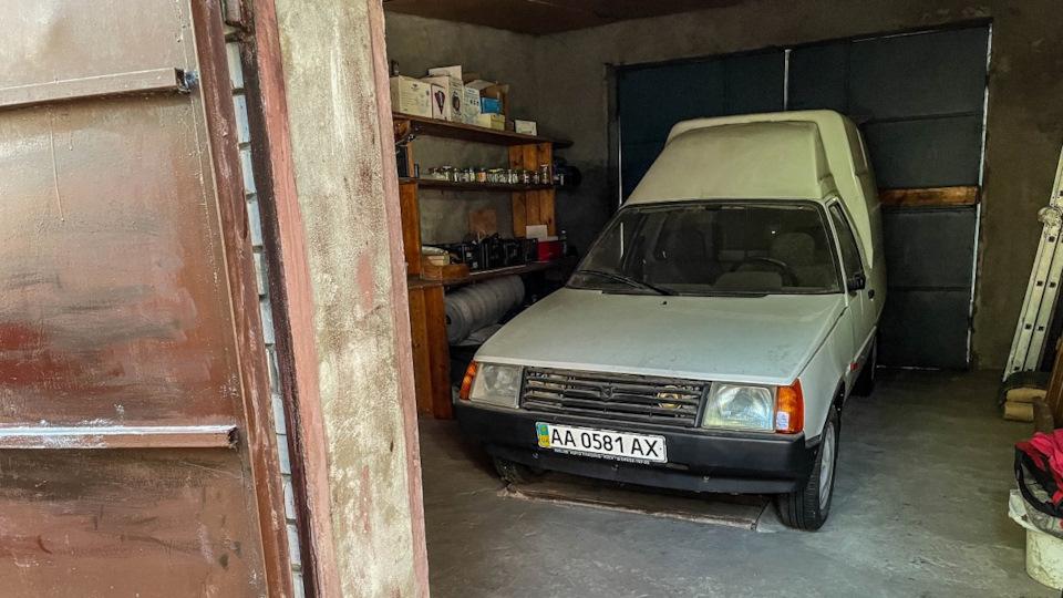 В украинском гараже нашли новую Таврию в кузове пикап  1