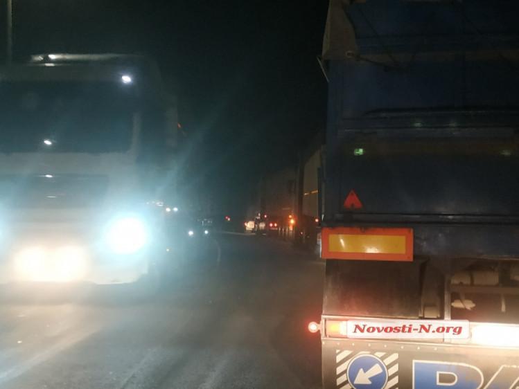 Фуры заблокировали сразу два въезда в город на юге Украины 1