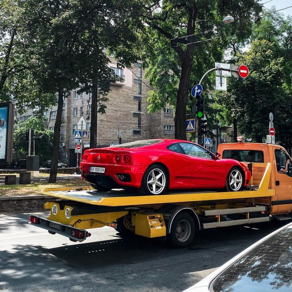 В Киеве замечен классический суперкар Ferrari на эвакуаторе 1