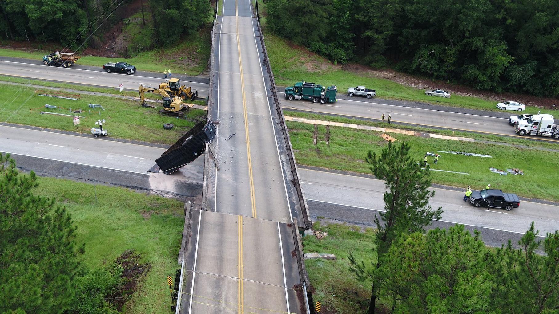 После ДТП грузовик «сдвинул» мост на два метра 1