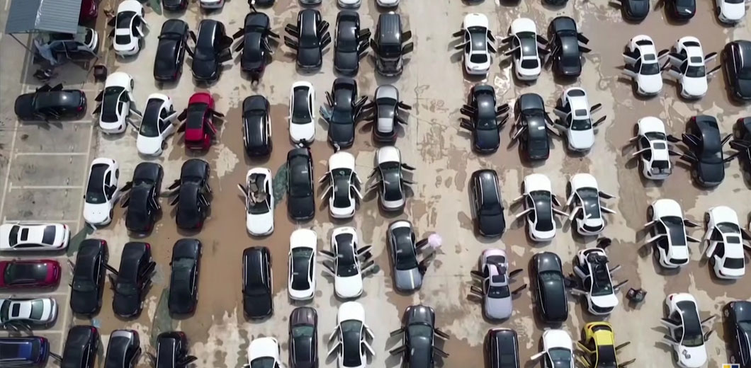 Больше сотни новых Mercedes затопило на парковке автосалона (видео) 1