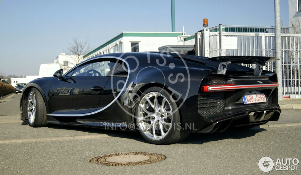 Bugatti Chiron, стоимостью 2,4 млн евро заметили на городских дорогах 1