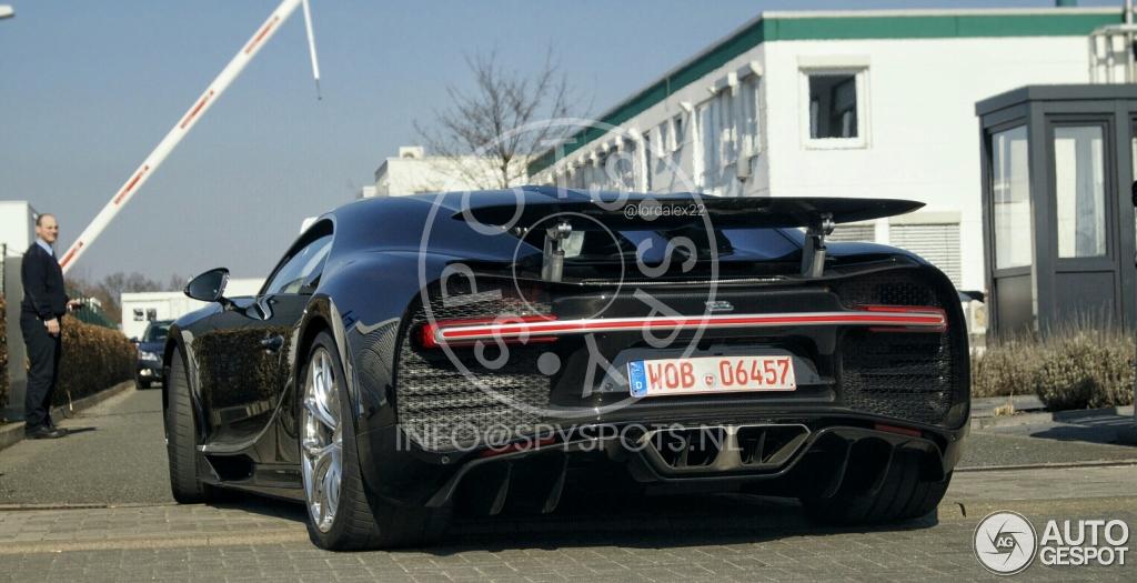 Bugatti Chiron, стоимостью 2,4 млн евро заметили на городских дорогах 2