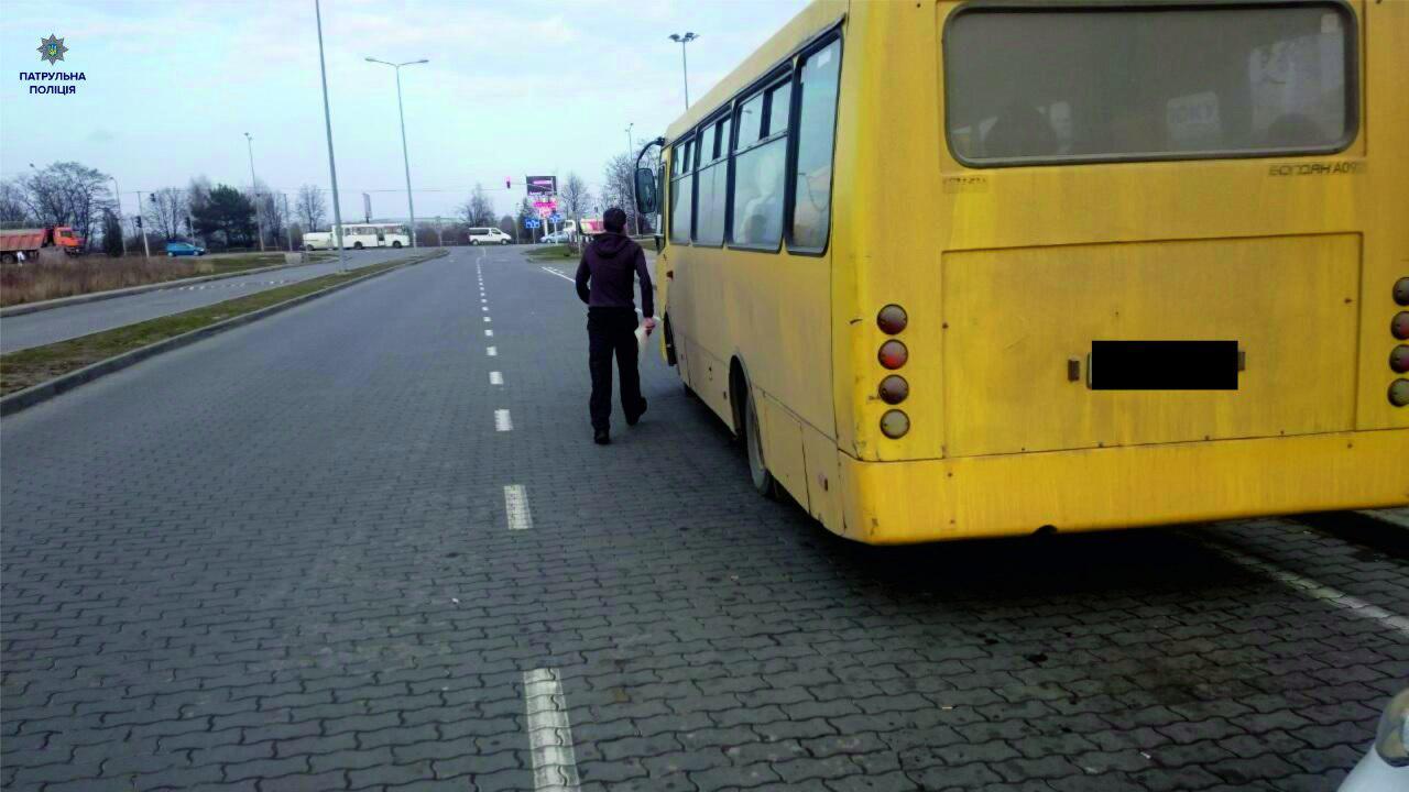 Бдительные пассажиры не позволили маршрутчику нарушить ПДД 1