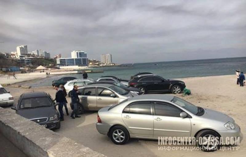 Одесские «автохамы» паркуют машины прямо на пляже 1