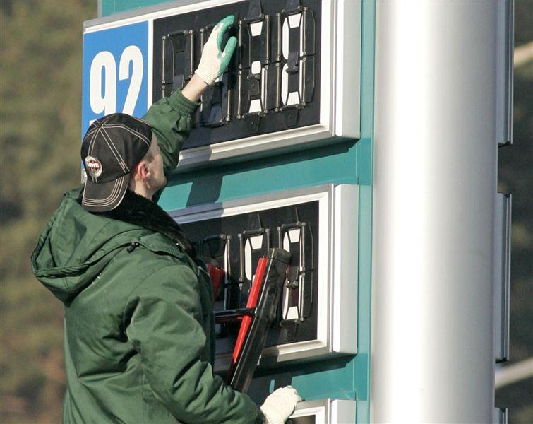 На украинских заправках подорожал бензин 1