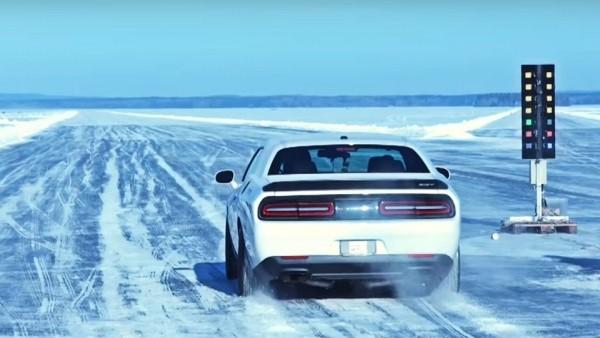 Спорткар Dodge Challenger Hellcat достиг рекордной скорости на льду 1