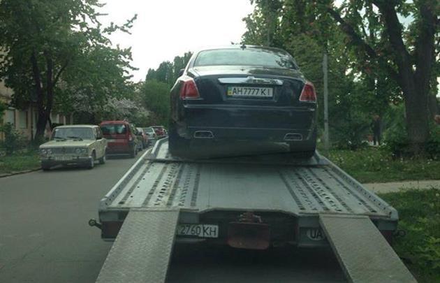 В Украине эвакуатор забрал на штраф-площадку дорогой Rolls-Royce с элитными номерами 1