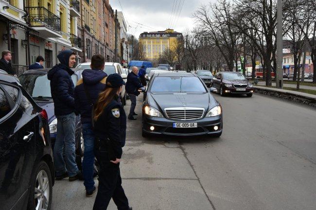 Мерседес Саакашвили стоимостью 4,4 млн грн перекрыл дорогу на глазах полицейских 1