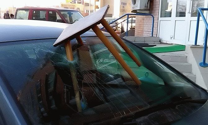 Необычную находку нашел водитель на стекле авто 2