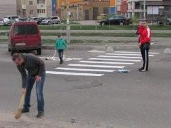 Украинцы самостоятельно наносят разметку на дорогу 1
