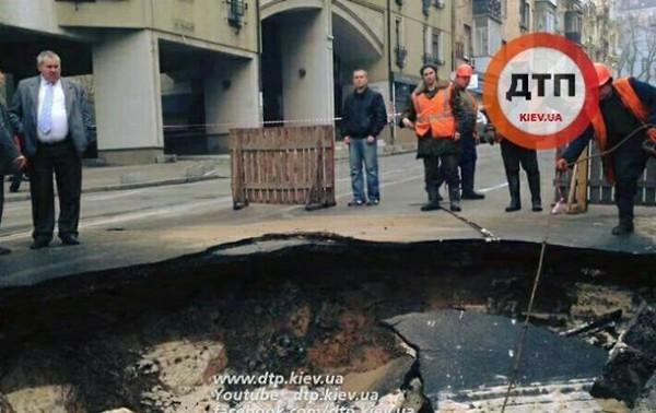 На дорогах Украины все чаще проваливается асфальт 1