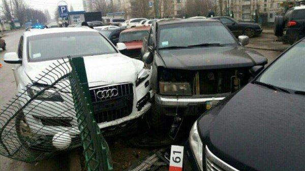 Пьяная водитель Audi разбила шесть припаркованных авто 2