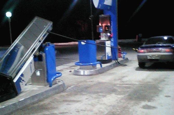 Водитель уехал с АЗС вместе с бензоколонкой 1