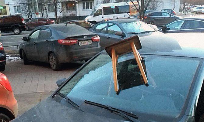 Необычную находку нашел водитель на стекле авто 1