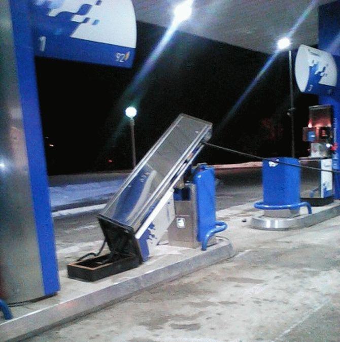 Водитель уехал с АЗС вместе с бензоколонкой 2