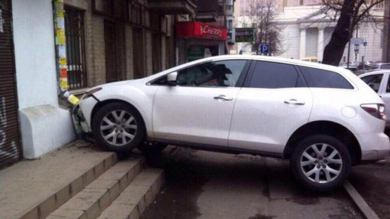 Девушка-водитель «припарковалась» на крыльце и разбила свой автомобиль 1