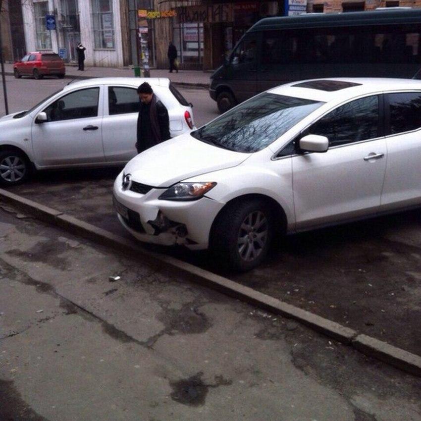 Девушка-водитель «припарковалась» на крыльце и разбила свой автомобиль 2