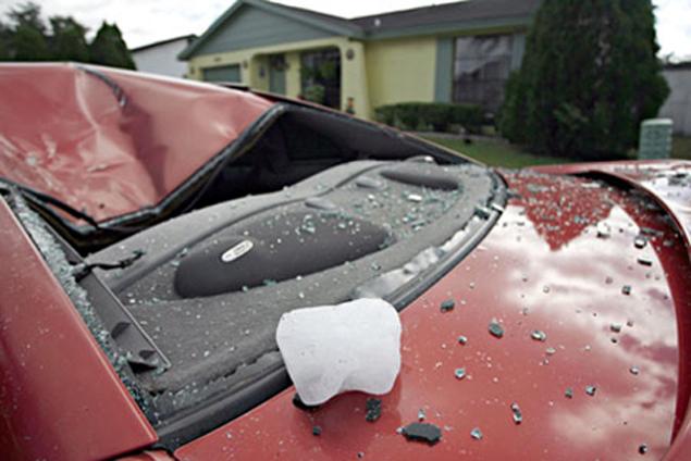 Огромный ледяной шар массой 20 килограммов упал на автомобиль 2