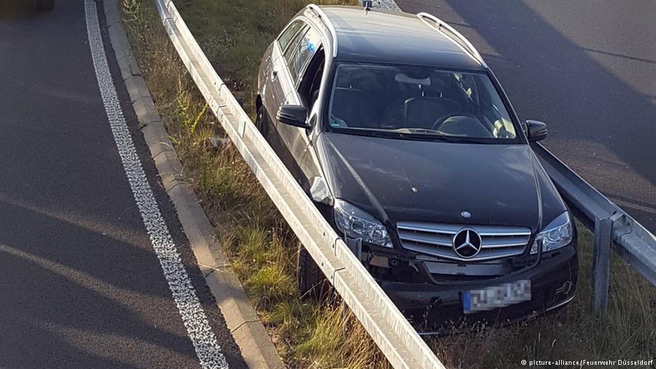 Автомобиль оказался между отбойниками на немецком автобане 1