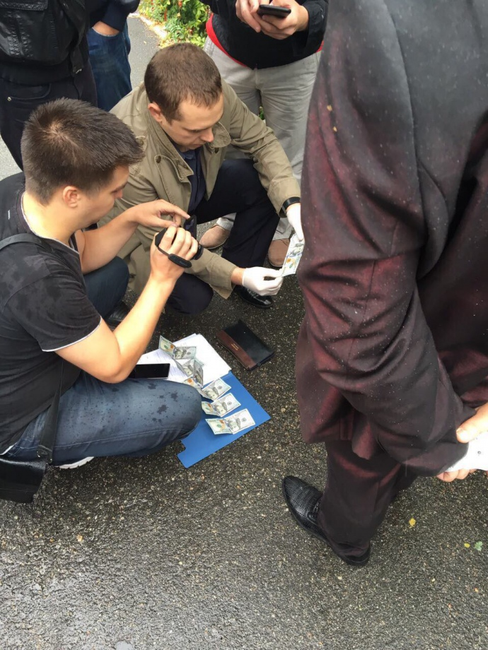 Столичный полицейский взял взятку за найденное авто 1