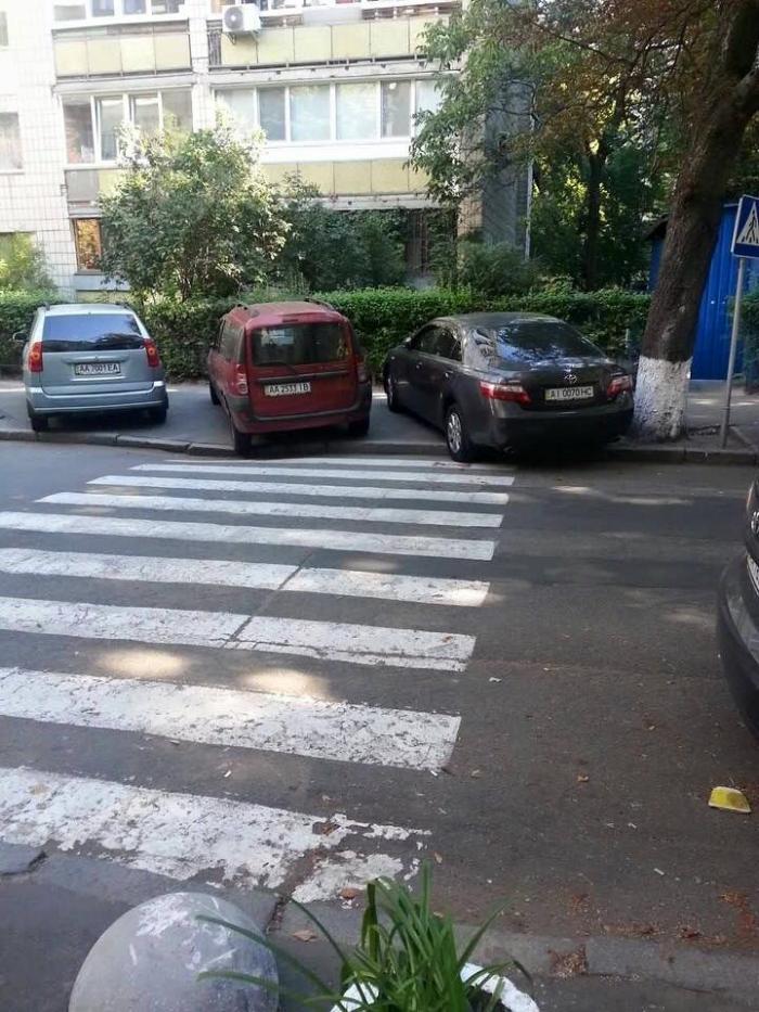 «Не святая троица»: сразу три автохама полностью перекрыли пешеходный переход 1