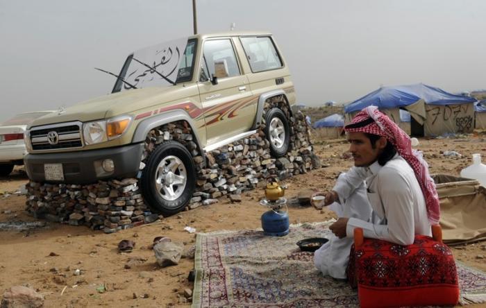 Как жители Саудовской Аравии создают монументы из автомобилей 1