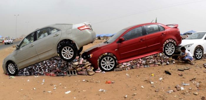 Как жители Саудовской Аравии создают монументы из автомобилей 4