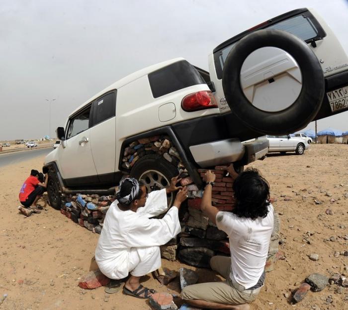 Как жители Саудовской Аравии создают монументы из автомобилей 5