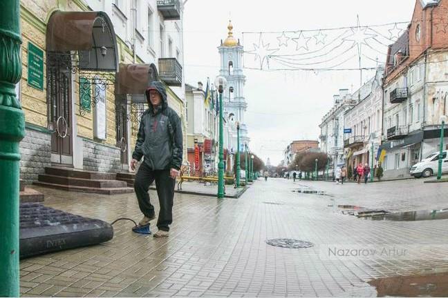 Украинец «устроил заплыв» по лужам на дороге 1